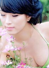 比基尼美女赏花玩水高清图