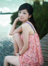 七月仲夏美女湖边拍写真