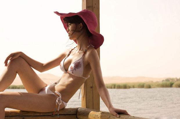 中戏美女班嘉佳沙漠泳装大片