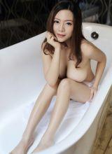 浴缸里的巨乳深沟长腿美女