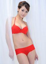 火辣的红色内衣配上透明薄纱诱惑的美眉