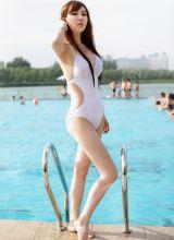 在泳池里尽情洒脱比基尼诱惑的小美女侯思辰
