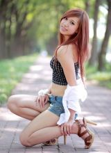 夏日在公园里散步的长腿妹妹清纯写真