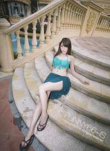 夏日泳池里蓝色比基尼的艳丽妹妹诱惑写真