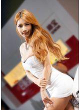 韩国金发诱人美胸诱人的长腿的车模