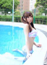 泳池边可爱清纯的比基尼小萝莉高清写真