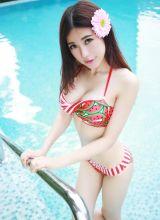 在泳池里尽情用水猛拍打胸部的绮丽嘉