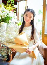 捧着鲜花的阳光青春小妹的甜美写真