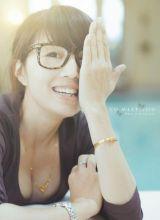 极品眼镜美女低胸迷人写真