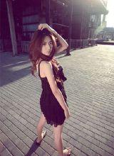 闫凤娇废弃工厂拍照 穿蕾丝裙秀出好身材