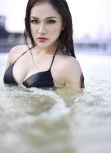 明星模特黃雪瑤水中高清摄影照片