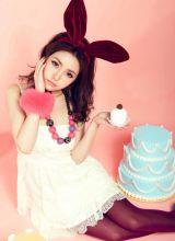 拿着可爱蛋糕的小萝莉红色兔女郎