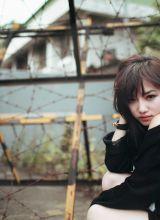 田野边的大红花女孩田园写真