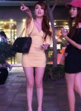 北京流连街头的高挑美腿美女