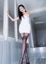 嫩模紧身白裙薄丝大秀S曲线