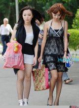 右边的网袜美女最吸引人