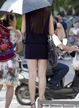 街拍紧身超短裙超高跟女孩