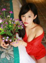 红唇美女红色低胸短裙私房写真