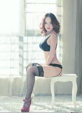 性感美女屋里的黑丝美少妇私房诱人美腿