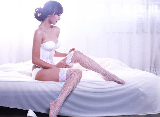 床上白色丝袜诱惑
