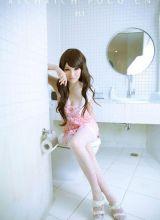 心型睡衣粉嫩美眉浴室照